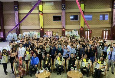 A group photo with i-CATS staff and students with MACC Sarawak staff.