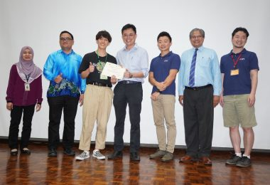 Mr. Tan Kai handed a certificate of participation to one of the participant.
